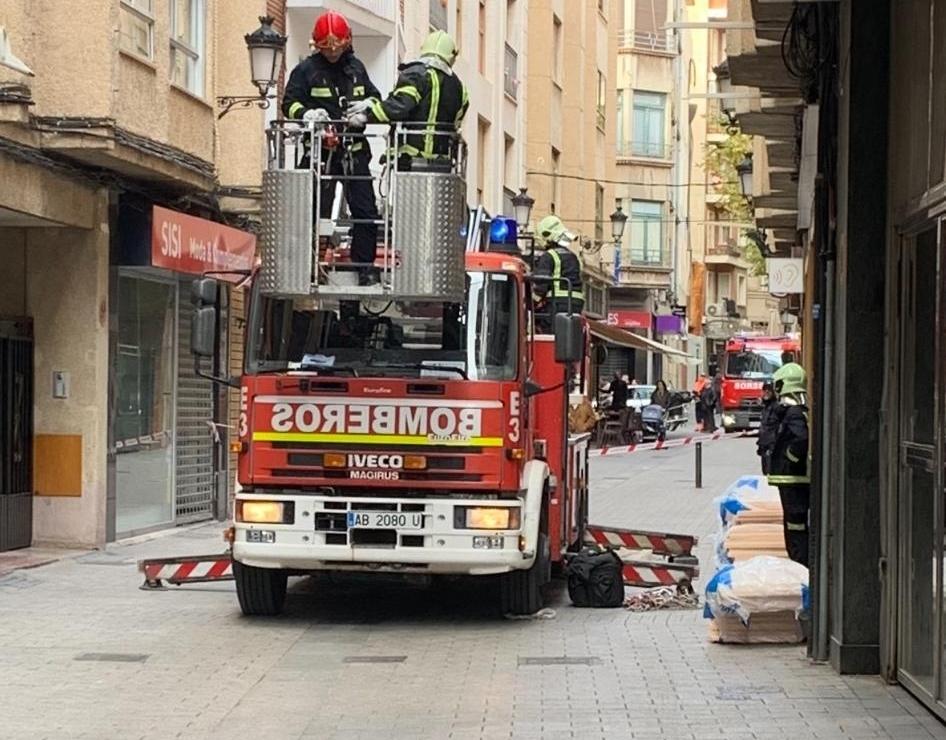 Los bomberos actúan ante el fuerte viento en la capital