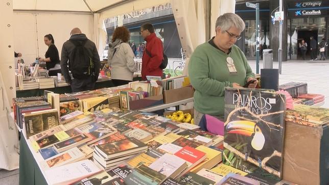 Los libros salen a la calle en Pamplona para celebrar su día