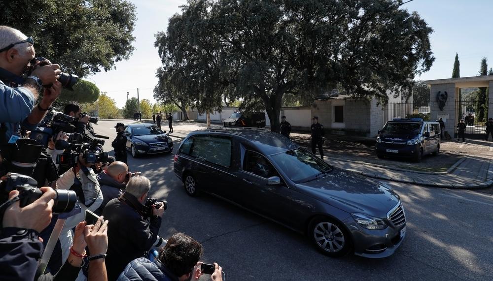 El coche con los restos de Franco entran en el cementerio
