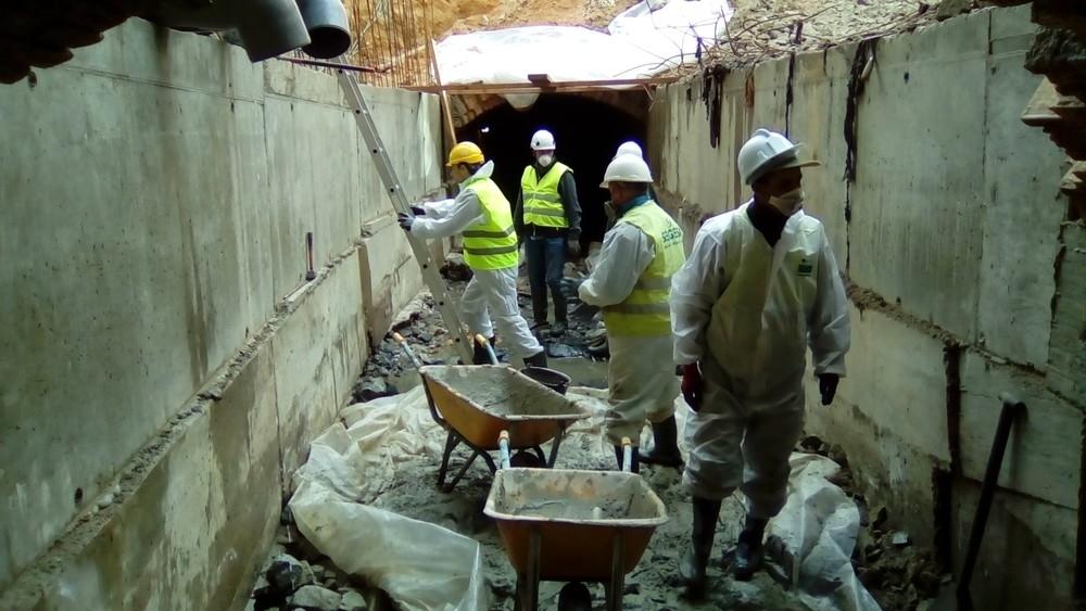 El concejal de Obras, Miguel Merino, bajó a la galería del colector con los operarios el pasado miércoles para comprobar in situ la evolución de las obras.
