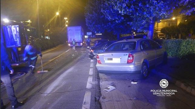 Un camión choca contra un coche aparcado y daña cinco más