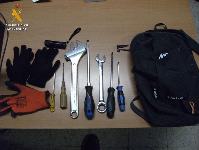 Material y herramientas encontradas en el vehículo.