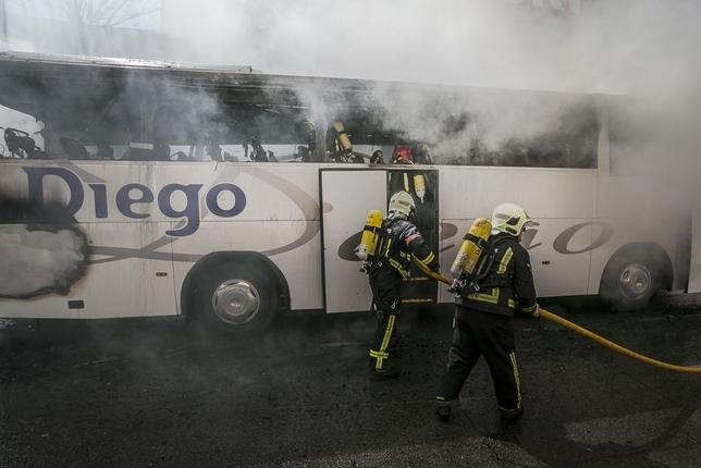 Los bomberos se emplearon a fondo para apagar el fuego. Arturo Pérez