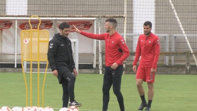 Oier bromea con el preparador físico, Sergi Pérez, durante la sesión de este viernes NATV