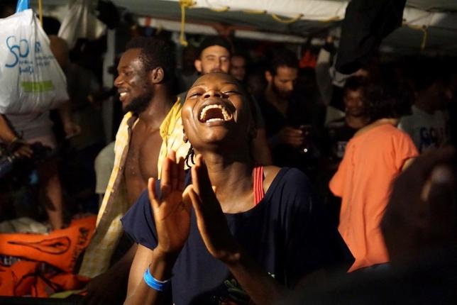 El 'Open Arms' atraca en Lampedusa tras la orden del fiscal