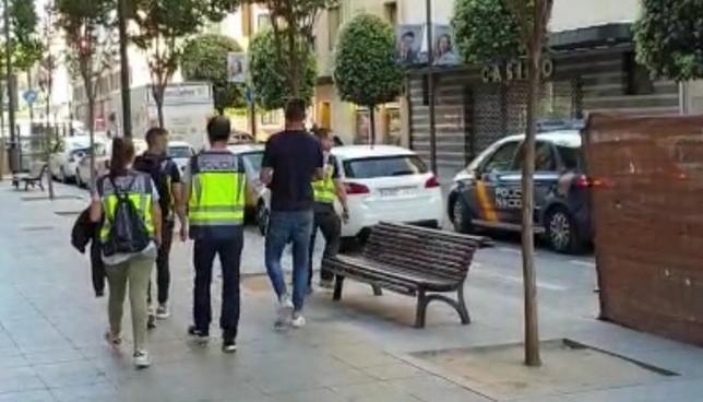 Borja Fernández, a su salida de su domicilio, acompañado por la Policía.
