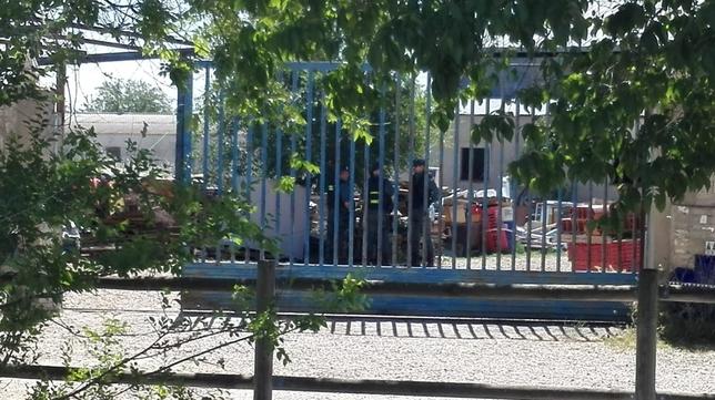 Los guardias civiles inspeccionan unas instalaciones.