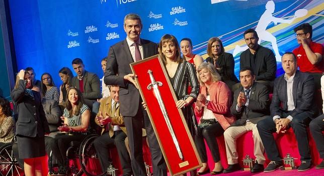 Álvaro Gutiérrez entrega el Premio Diputación a la karateka Sandra Sánchez.  Yolanda Redondo