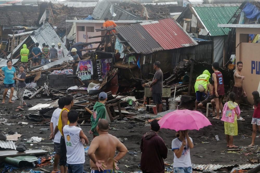 El tifón 'Kammuri' deja un muerto y avanza hacia Filipinas