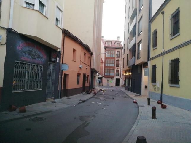 Objetos arrojados a la calle desde el cuarto piso. DB