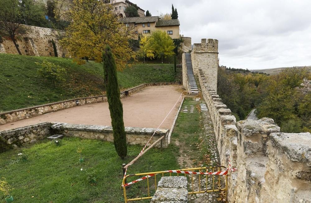 El jardín de los Poetas, enclave de vistas privilegiadas al valle del Eresma, se inauguró como tal tras adecentarlo en 2008.