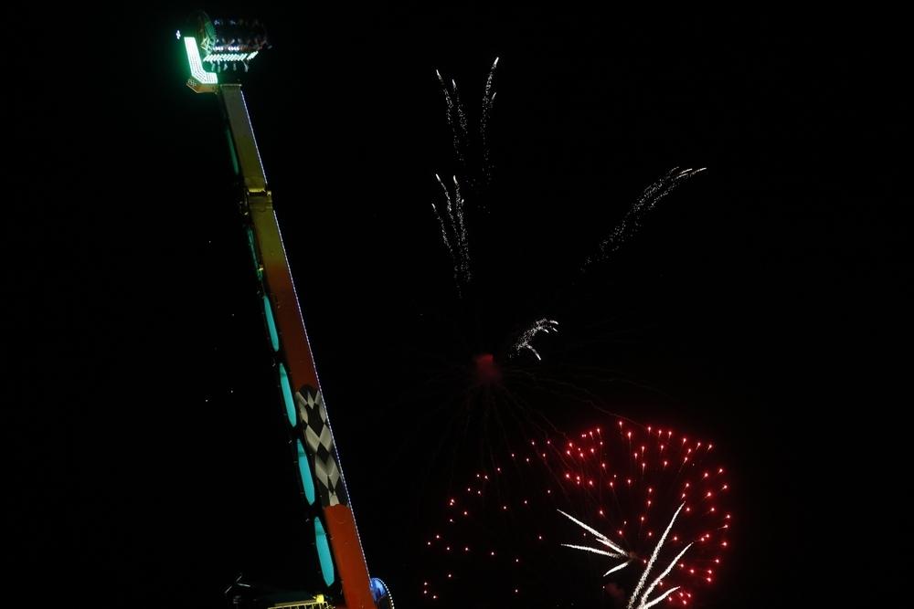 Los fuegos artificiales ponen color al lunes festivo