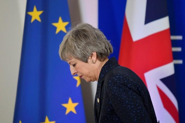 May retrasa la ley del Brexit, presionada por sus ministros