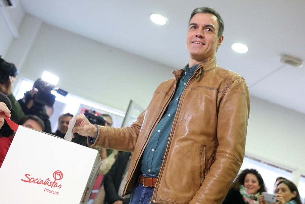 Pedro Sánchez vota en la consulta a la militancia