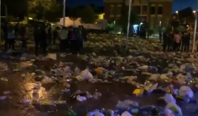 El botellón de La Flecha deja casi 20 toneladas de basura