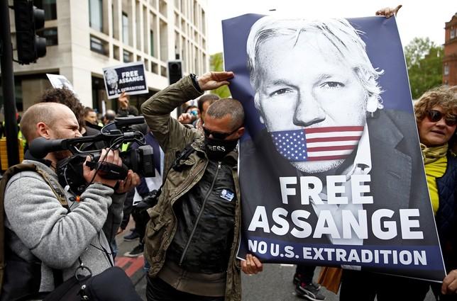 Detienen a 4 personas por una supuesta extorsión a Assange HENRY NICHOLLS