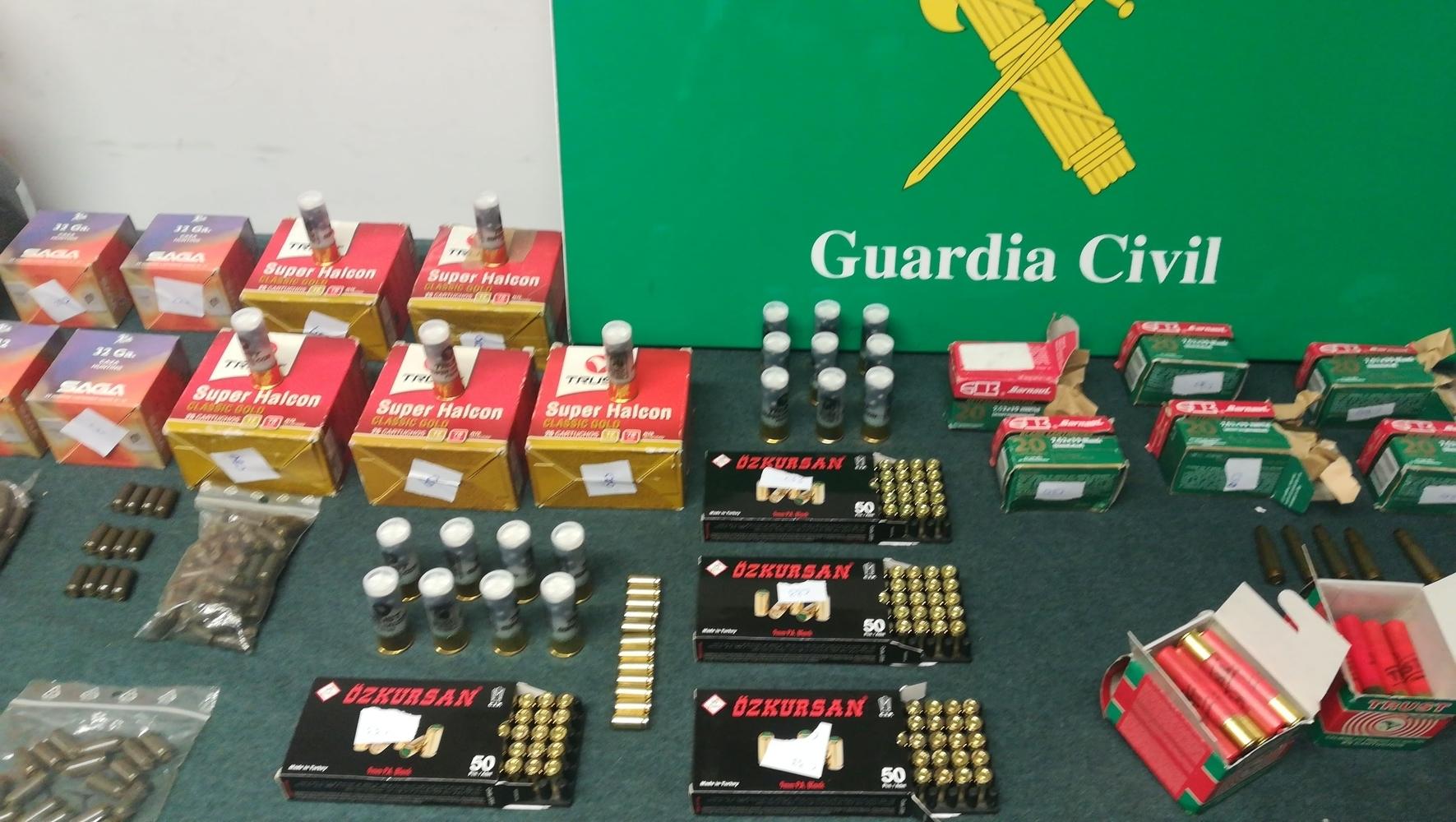 El detenido por la Guardia Civil tenía 26 armas y explosivos