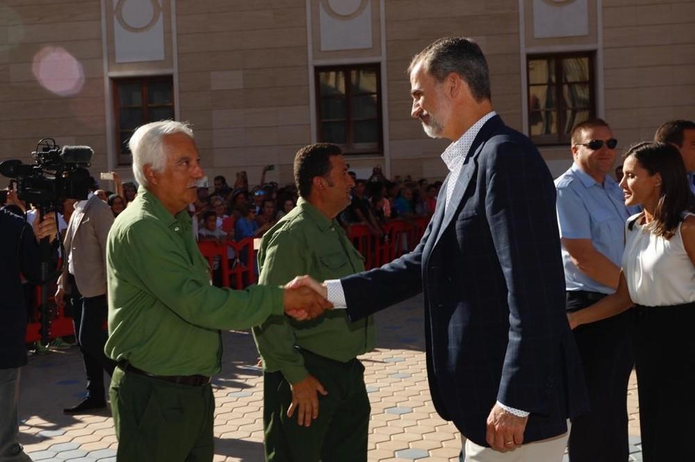 Don Felipe y Doña Letizia saludan a dos trabajadores de Iberdrola.