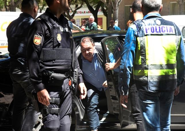 El presidente del Huesca, Agustín Lasaosa,c., tras ser detenido por la Policía Nacional