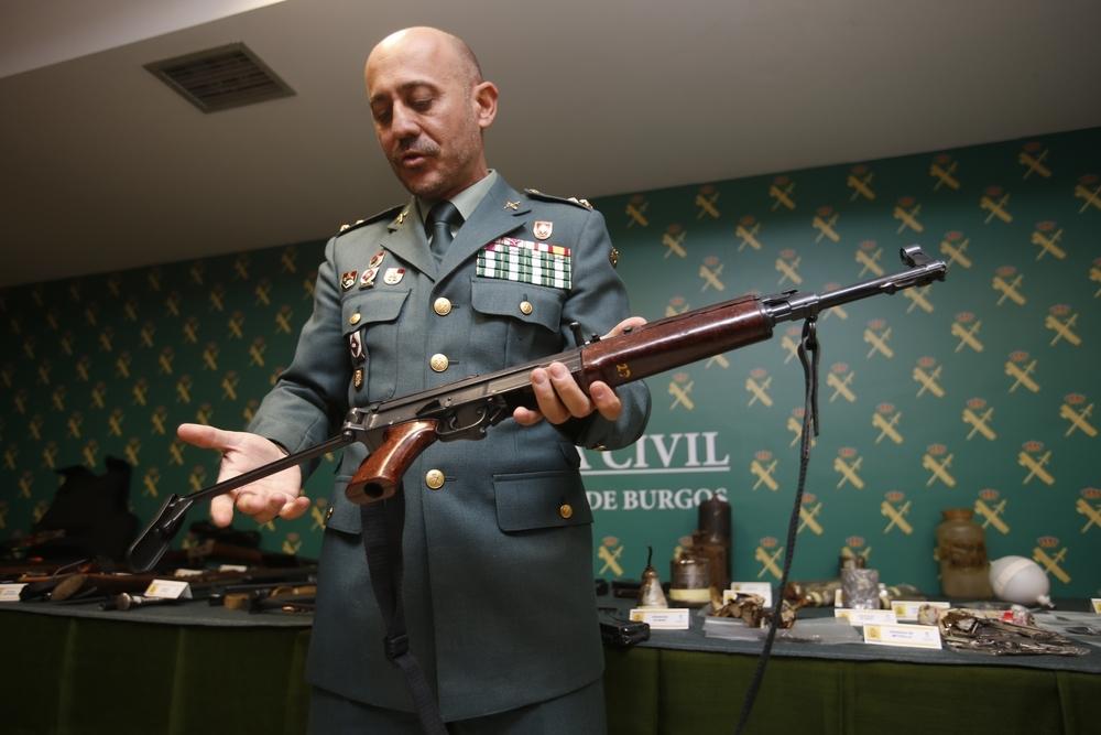 El capitán Fernando Castellanos, de la Jefatura de la Brigada de Información, con una de las armas de guerra.