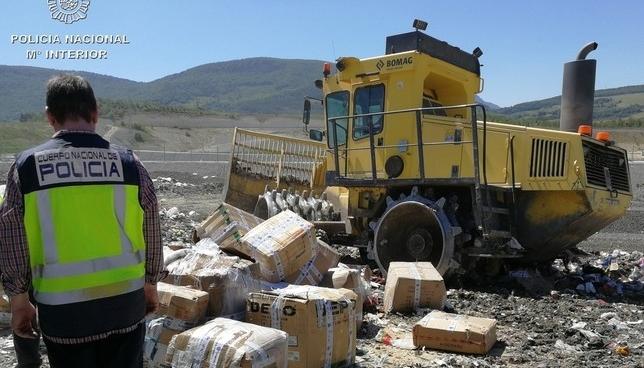 Golpe al top manta: destruyen 3 toneladas de falsificaciones Policía Nacional
