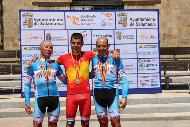 Pedro Sánchez Migallón (izquierda) y Carlos Perona (derecha), en el podio de su categoría, MC3.