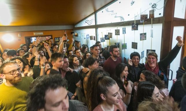El público burgalés gozó con el concierto, con temas de su disco 'Dormir es de cobardes'.