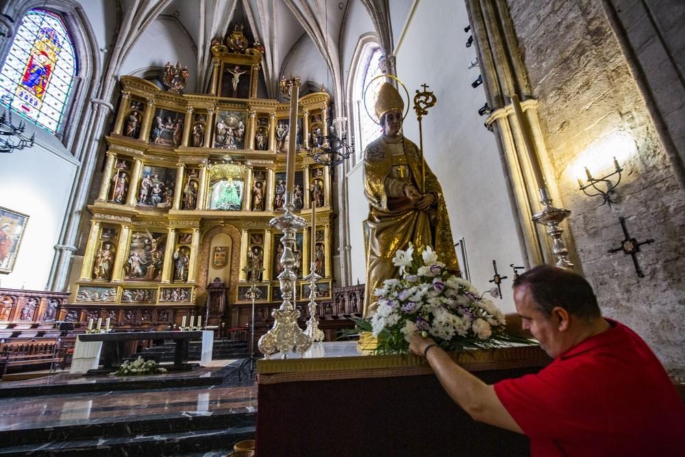 Santo Tomás de Villanueva aguarda a los pies del altar