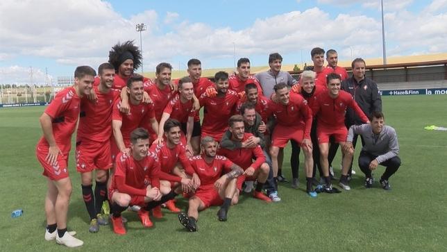 Foto de grupo de la plantilla de Osasuna al término del último entrenamiento en Tajonar NATV
