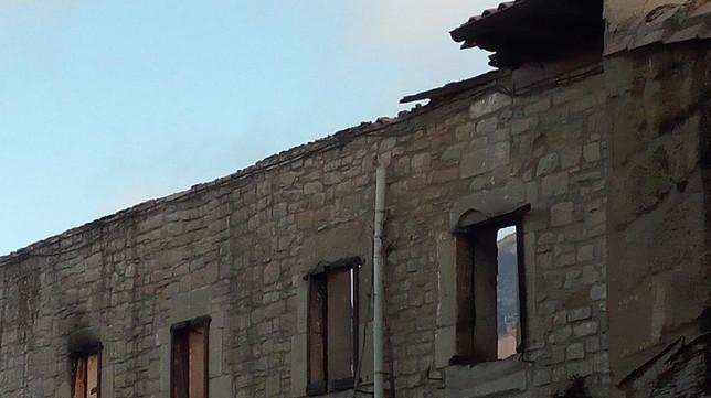 Así ha quedado la casa incendiada, ahora se busca a su dueño