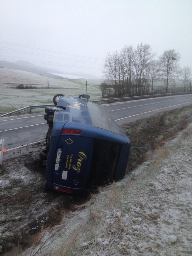 Vuelca un microbús escolar en Ibiricu a causa de la nieve