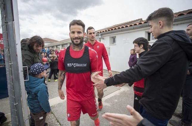 Rubén García ingresa al terreno de juego de Tajonar en un entrenamiento anterior