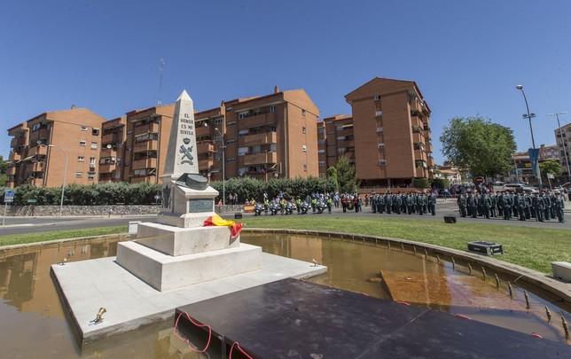 'El honor es mi divisa' se puede leer en el monolito de piedra y bronce, obra de Adriano Palacios, que da nombre a la plaza de la Guardia Civil.  Yolanda Lancha