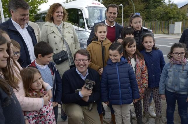 Mañueco se ha fotografiado con un grupo de niños, con un perro  Aurelio Martin