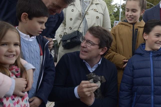 Mañueco se ha fotografiado con un grupo de niños, con un perro en brazos