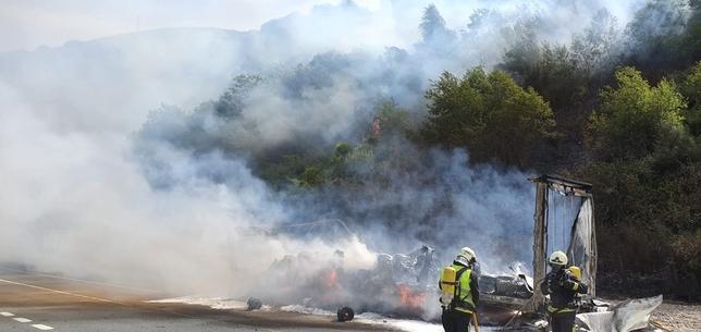 Cortada al tráfico la 121-A por el incendio de un camión