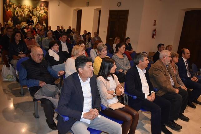 A la presentación acudieron numerosas personas vinculadas con el mundo del deporte y la educación.