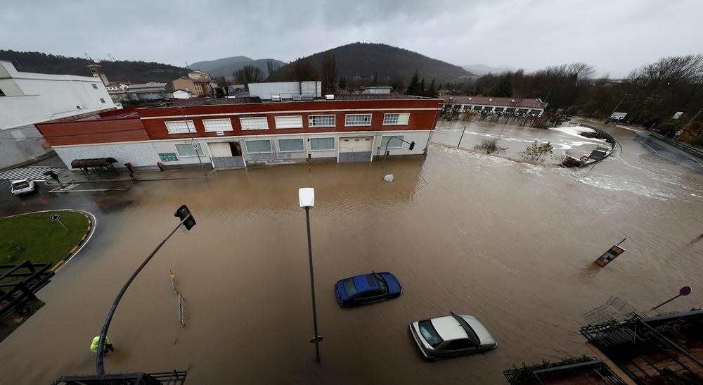 Cuatro rescatados tras desbordarse el río Arga en Pamplona