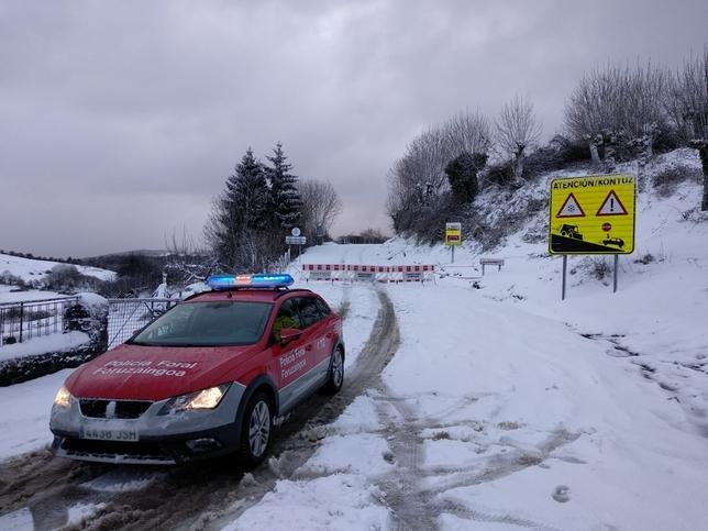Hasta 9 carreteras navarras amanecen cortadas por la nieve