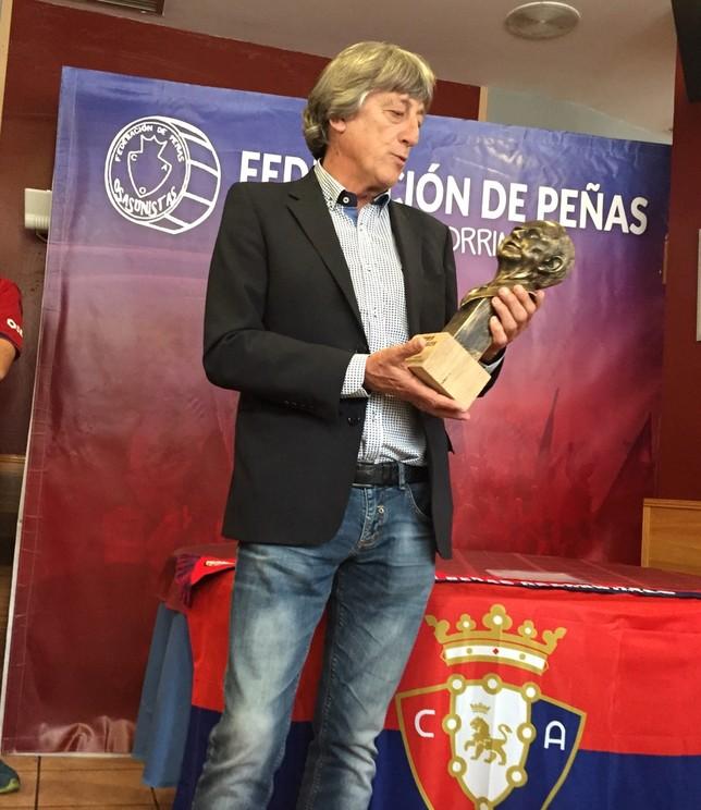 Martín Monreal observa el busto del expresidente que le acababan de entregar