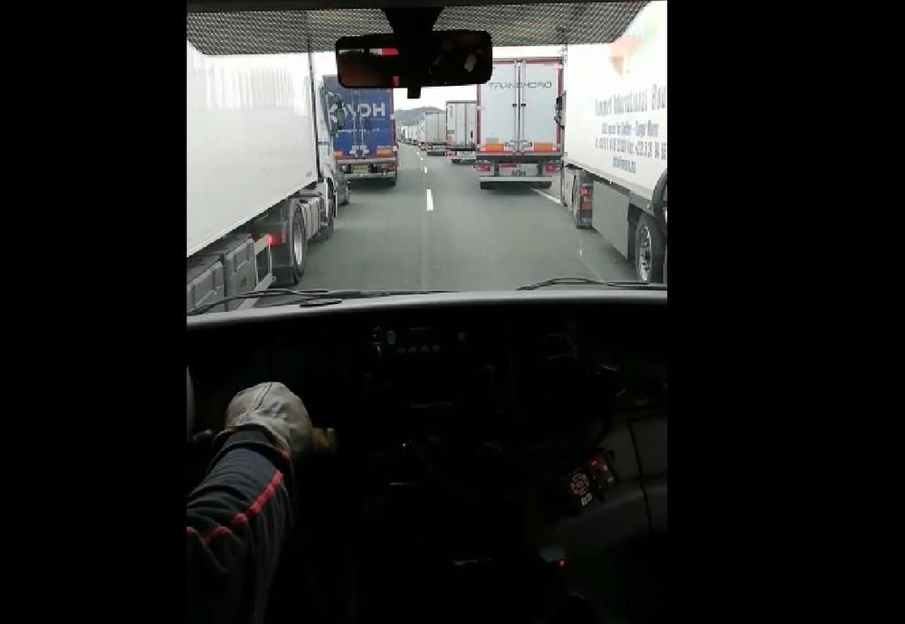 Los camiones dificultan el avance hacia el lugar del siniestro.