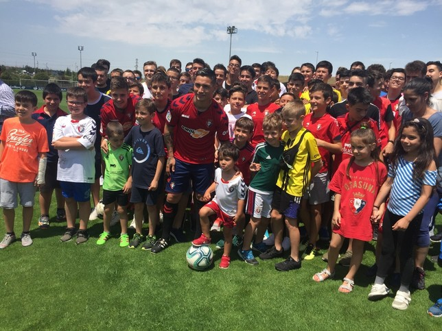 Más de un centenar de aficionados han acudido a la presentación del argentino