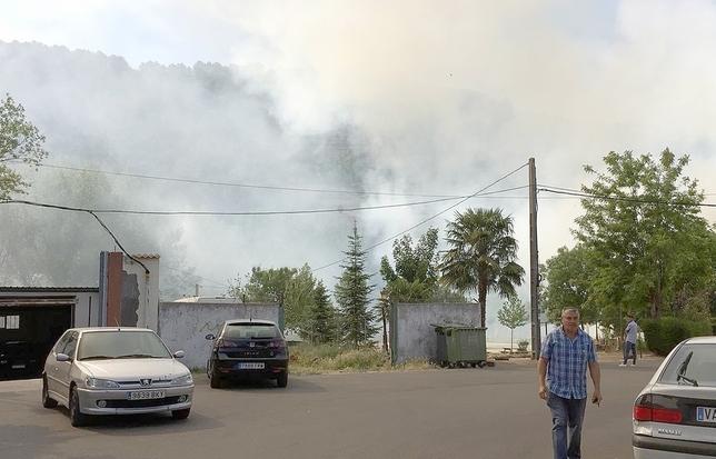 Los bomberos intervienen dos veces en un incendio en Cabezón