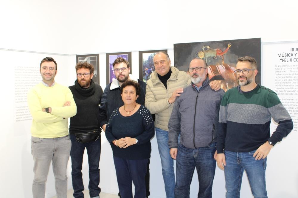 Autoridades locales y artistas en la inauguración de la exposición fotográfica de las III Jornadas 'Félix Collado'.