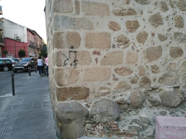 El Ayuntamiento limpia pintadas en el Patrimonio local