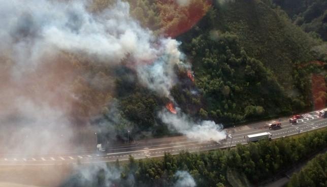 El incendio de un camión en la 121-A se propaga por el monte