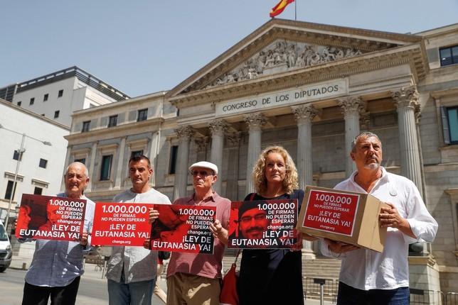 Más de un millón de firmas piden legalizar la eutanasia Emilio Naranjo