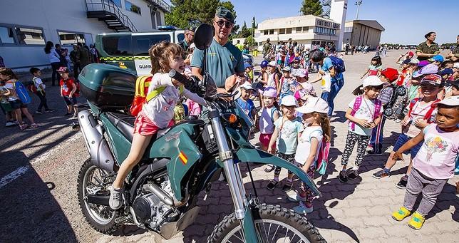 Todos los niños y niñas querían subir a las motos de la Guardia Civil de Tráfico Rueda Villaverde