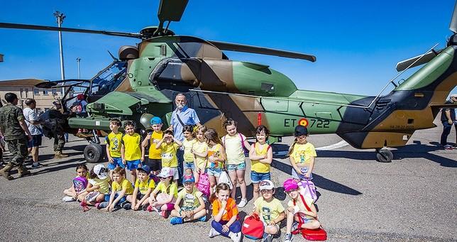 Un grupo de niños con el comandante Espino delante de uno de los helicópteros Tigre Rueda Villaverde