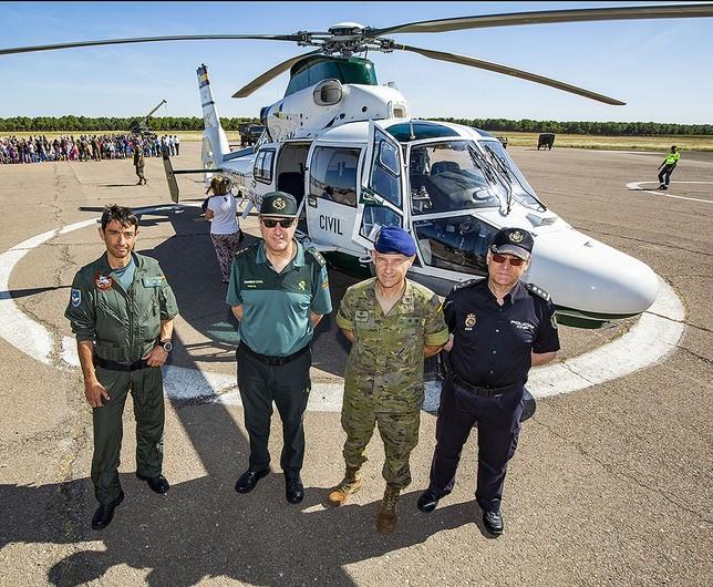 El coronel de la Guardia Civil, el teniente coronel jefe del BHELA I y el comisario jefe con otro mando, ayer en las jornadas de puertas abiertas Rueda Villaverde